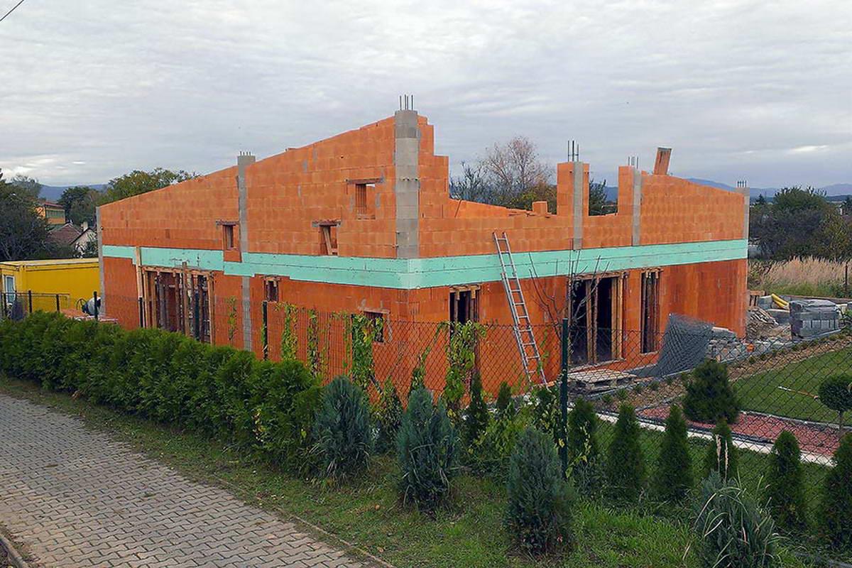 Семейный деревенский дом с двориком в Словакии