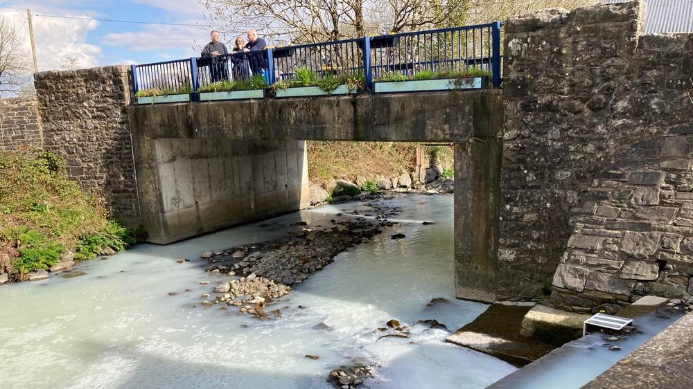 Молоковоз упал в реку в Великобритании