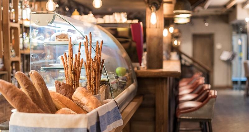 Почему в ресторанах подают хлеб перед другими блюдами и бесплатно