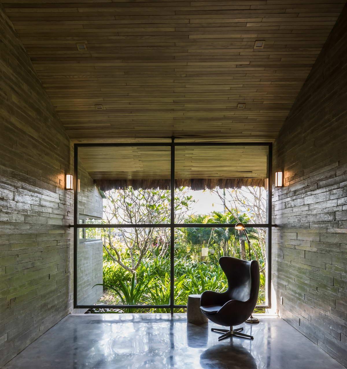 Необычный дом для отдыха с соломенной крышей и прудом во Вьетнаме