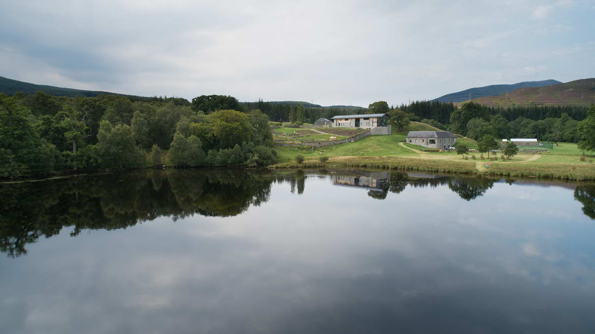 Современный дом у озера в Шотландии
