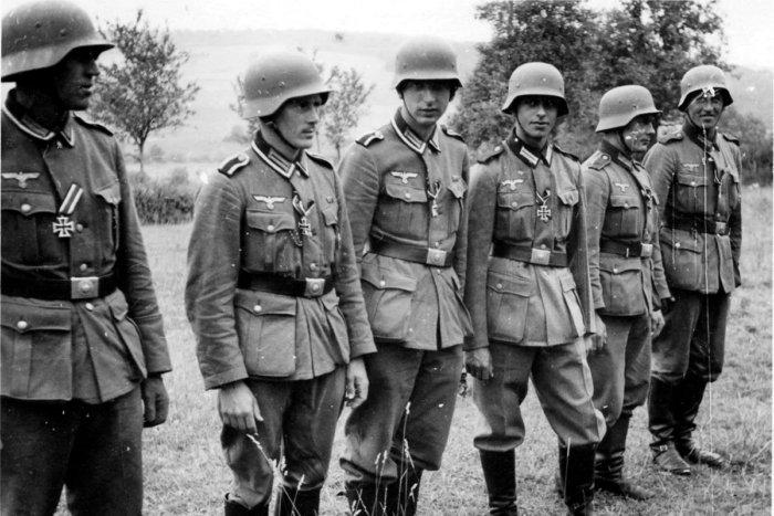 Почему советские военные носили пистолет справа, а немцы слева?