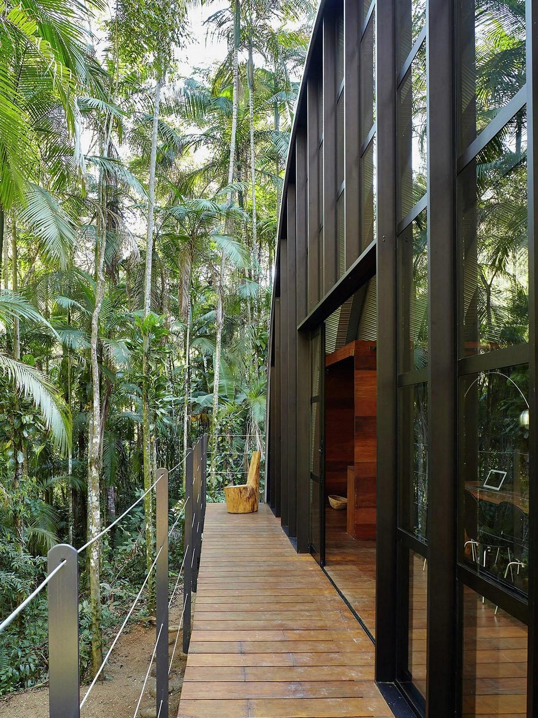 Модульный арочный дом в тропическом лесу Бразилии