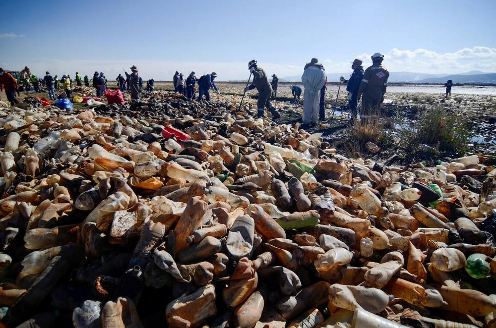 Люди начали очистку озера Уру-Уру в Боливии