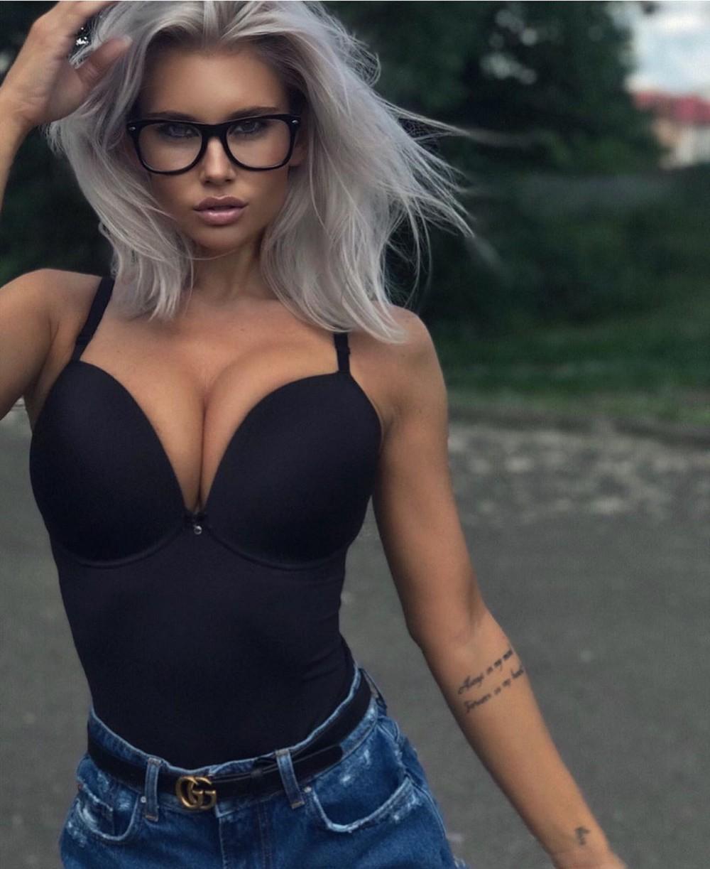 Красивые девушки в обтягивающих джинсах и шортиках