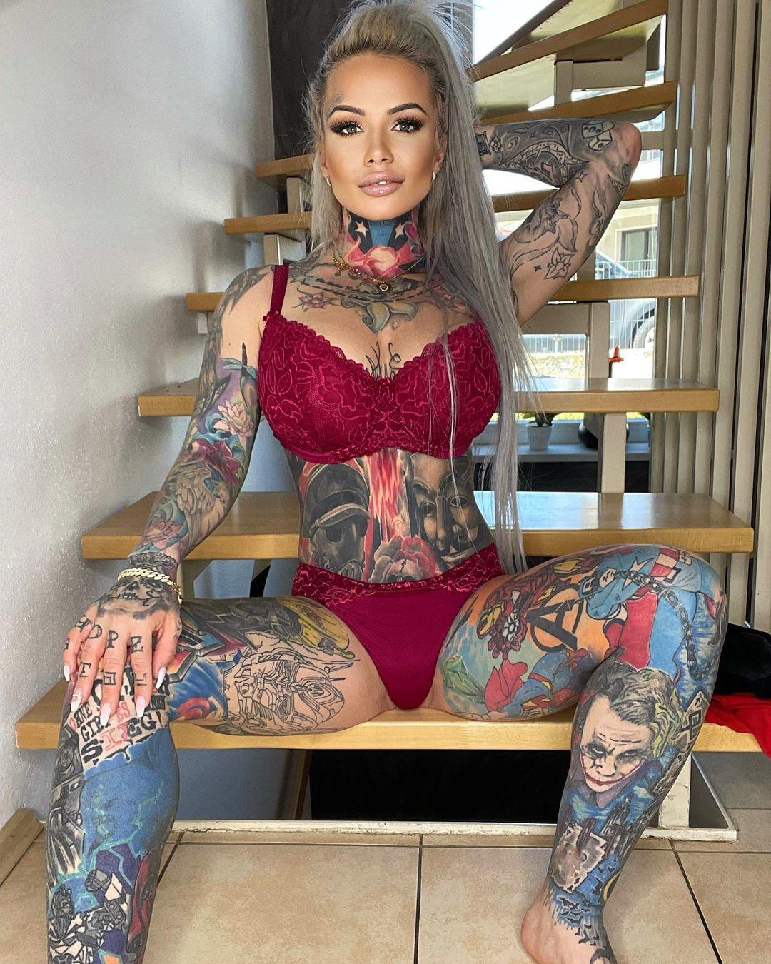 33-летняя Джулиана Фёрстер нанесла на себя татуировки всех любимых персонажей сына