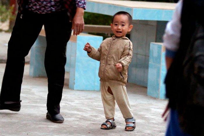 Почему дети в Китае ходят в штанах с дыркой между ног?