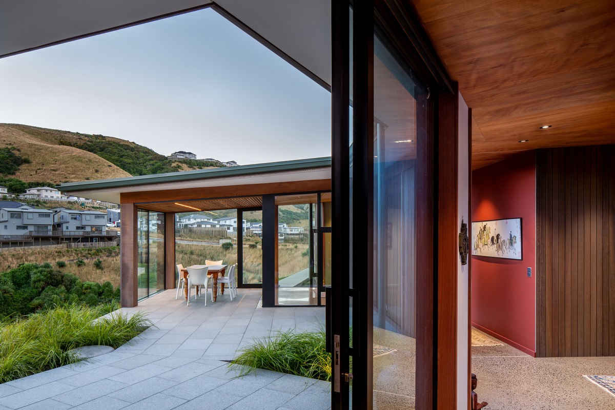 Длинный семейный дом на склоне холма в Новой Зеландии
