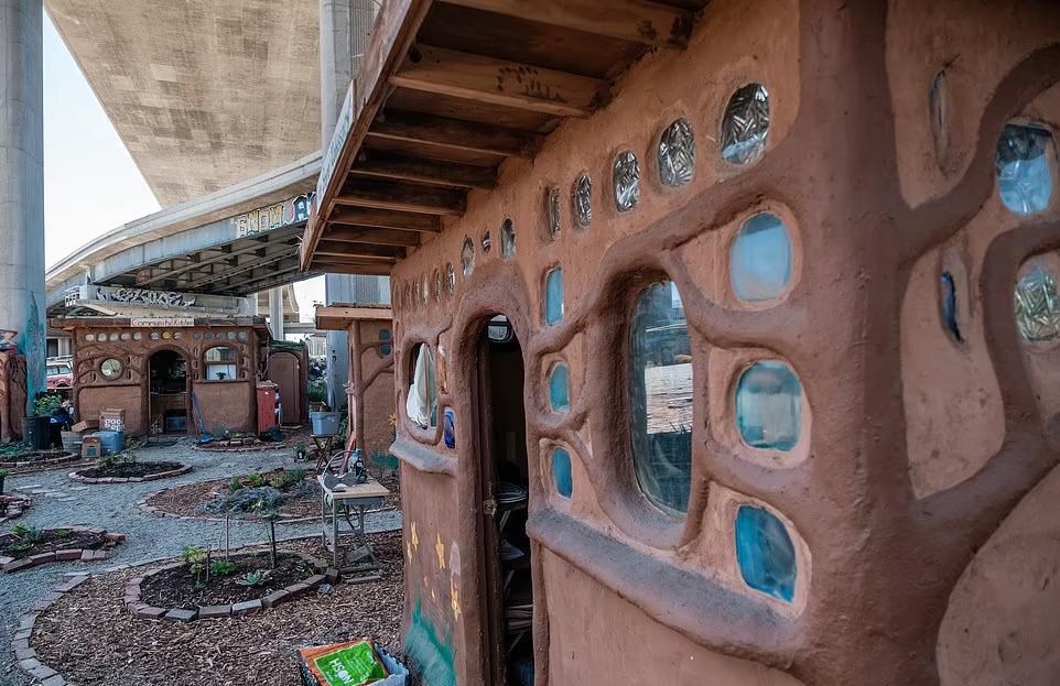 Жители Окленда построили комплекс для бездомных под эстакадой