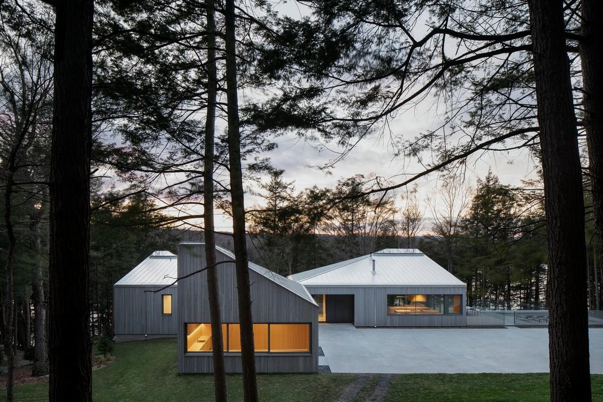 Дом со скульптурной крышей на берегу озера в Канаде