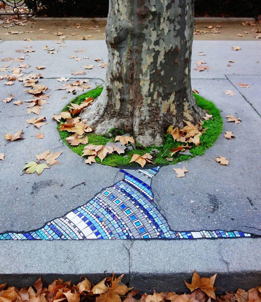 Уличный художник заполняет выбоины яркими мозаиками