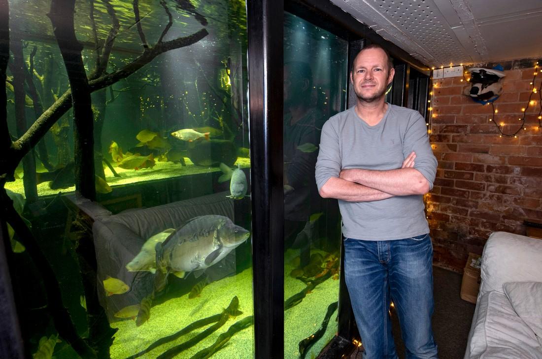 Британец ненавидит телевизор и превратил дом в гигантский аквариум