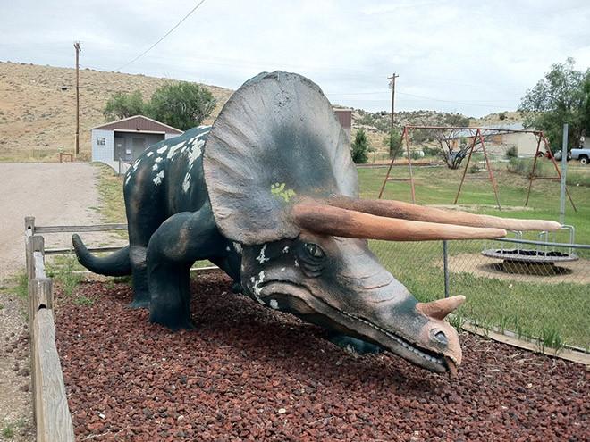 Странные скульптуры динозавров на снимках