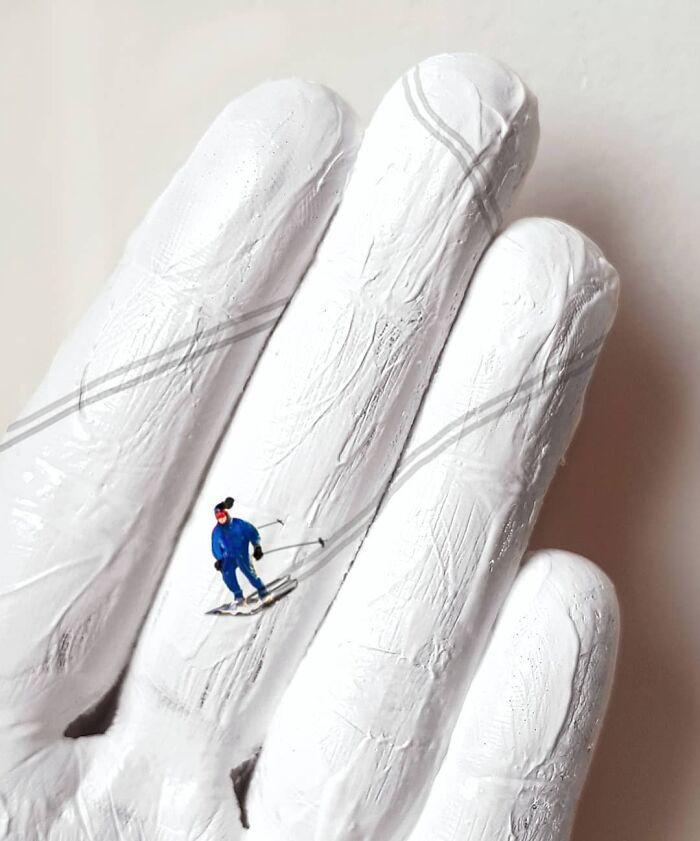 Художница использует свои руки в качестве холста