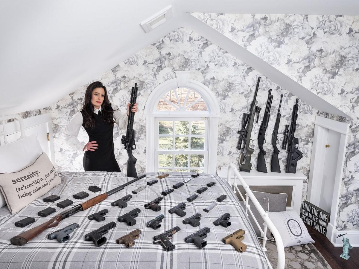 Любители оружия из США позируют с огромными арсеналами