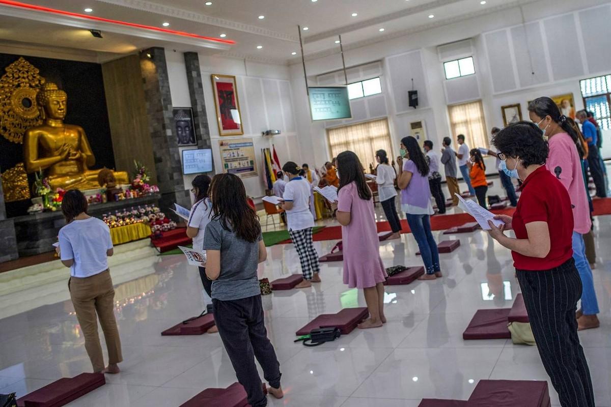 Праздник тысячи подношений в Индонезии и Таиланде