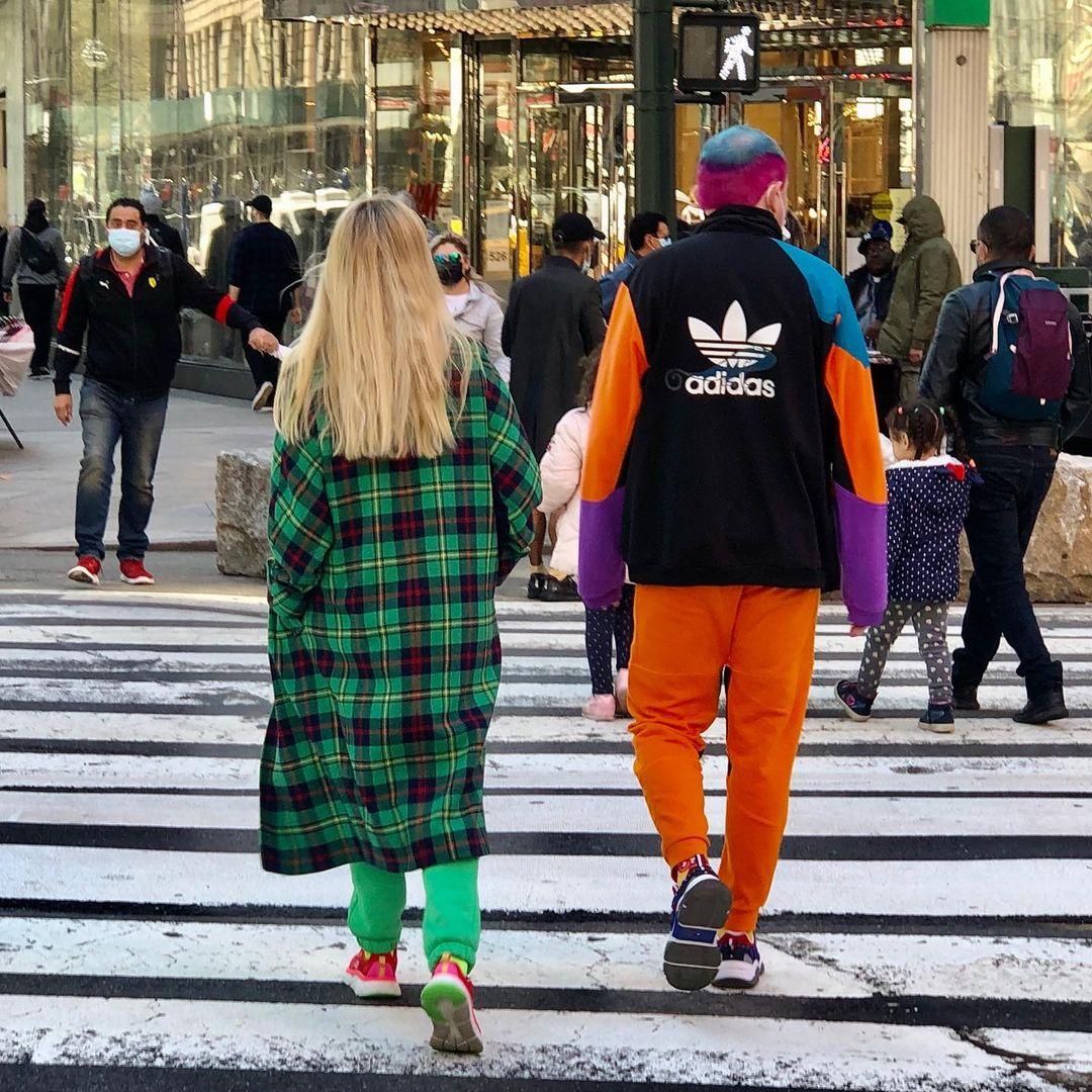 Модные персонажи улиц Нью-Йорка со спины