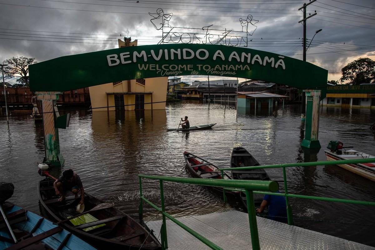 Бразильцы плавают по улицам из-за разлива реки