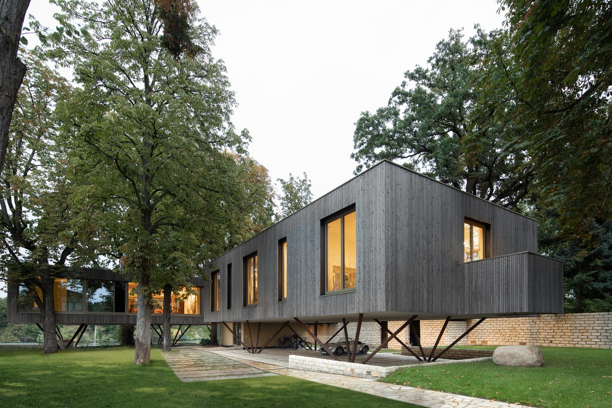 Дом на берегу озера в парковой зоне города Потсдам
