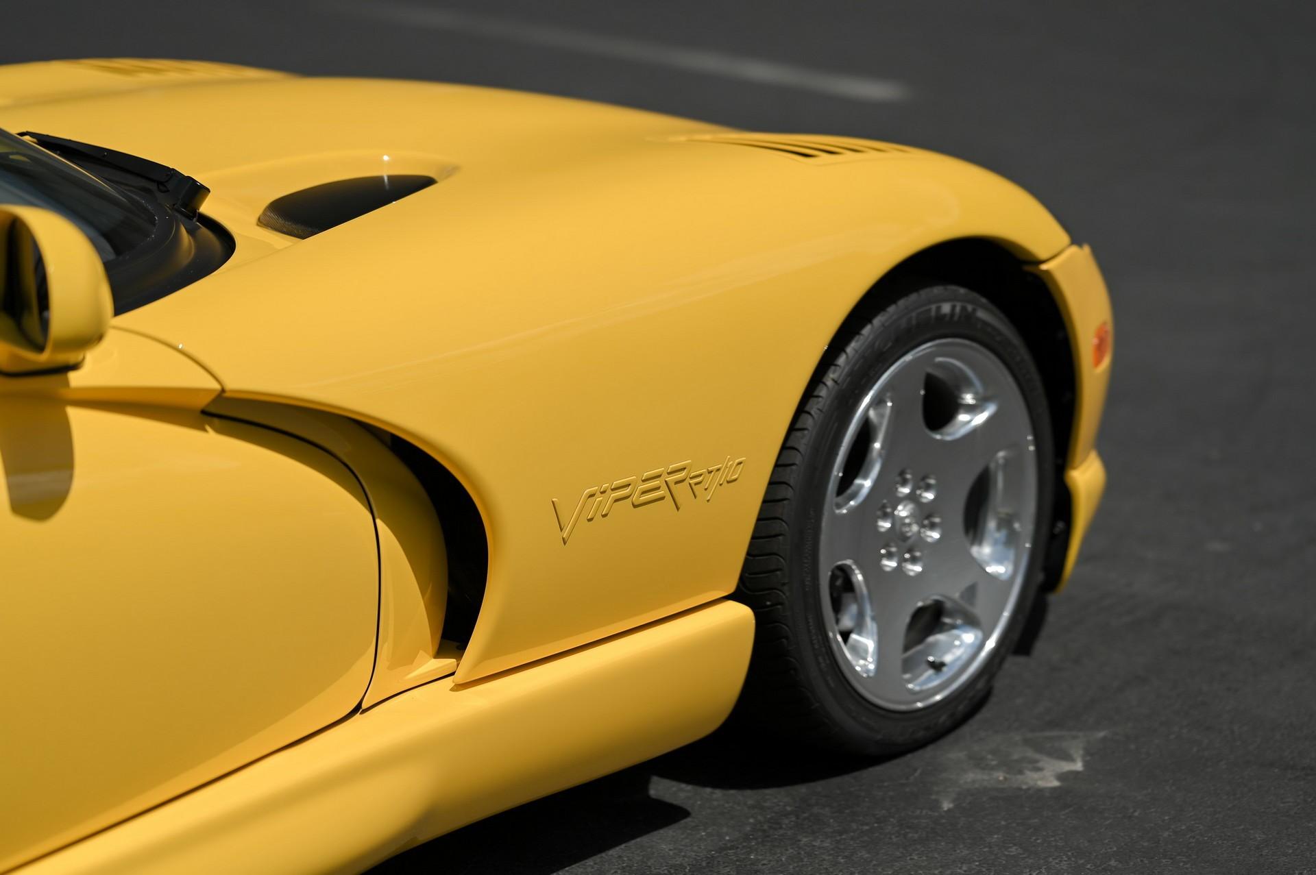Яркий Dodge Viper RT/10 2002 года выпуска с минимальным пробегом
