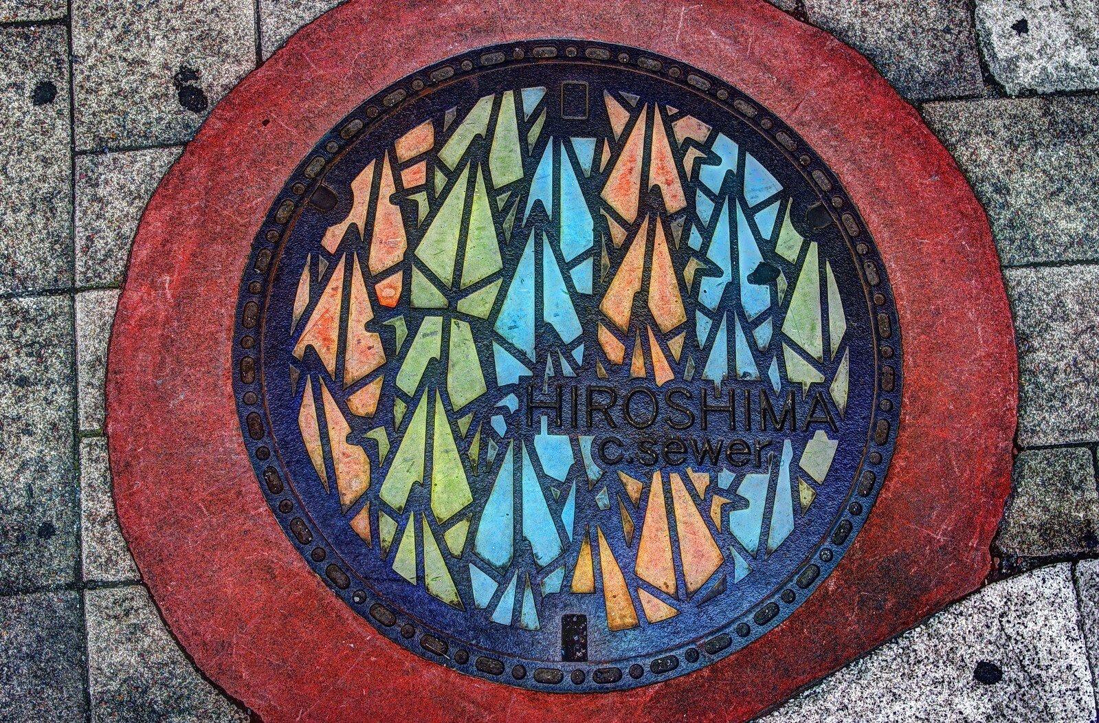Яркие особенности оформления канализационных люков в Японии