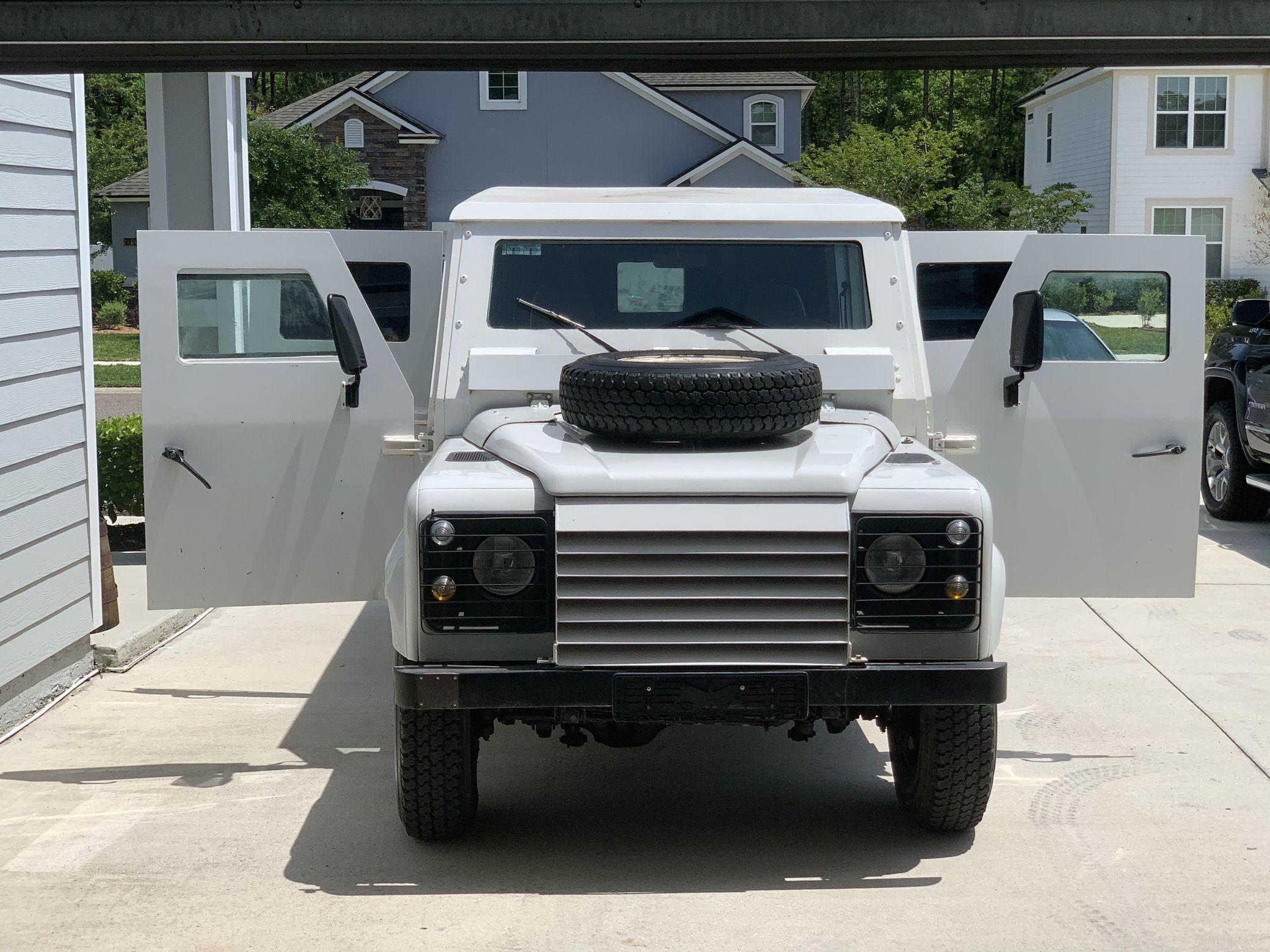 Бронированный внедорожник Land Rover Defender 1995 года
