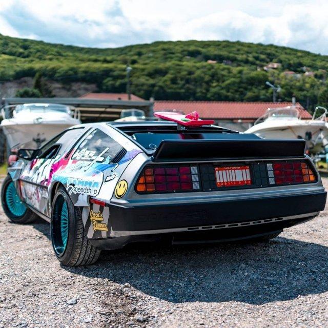 Француз переделал DMC DeLorean в машину для дрифта с V8