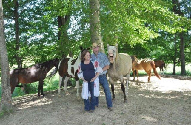 Конь влез в кадр и сделал фотосессию супружеской пары забавной