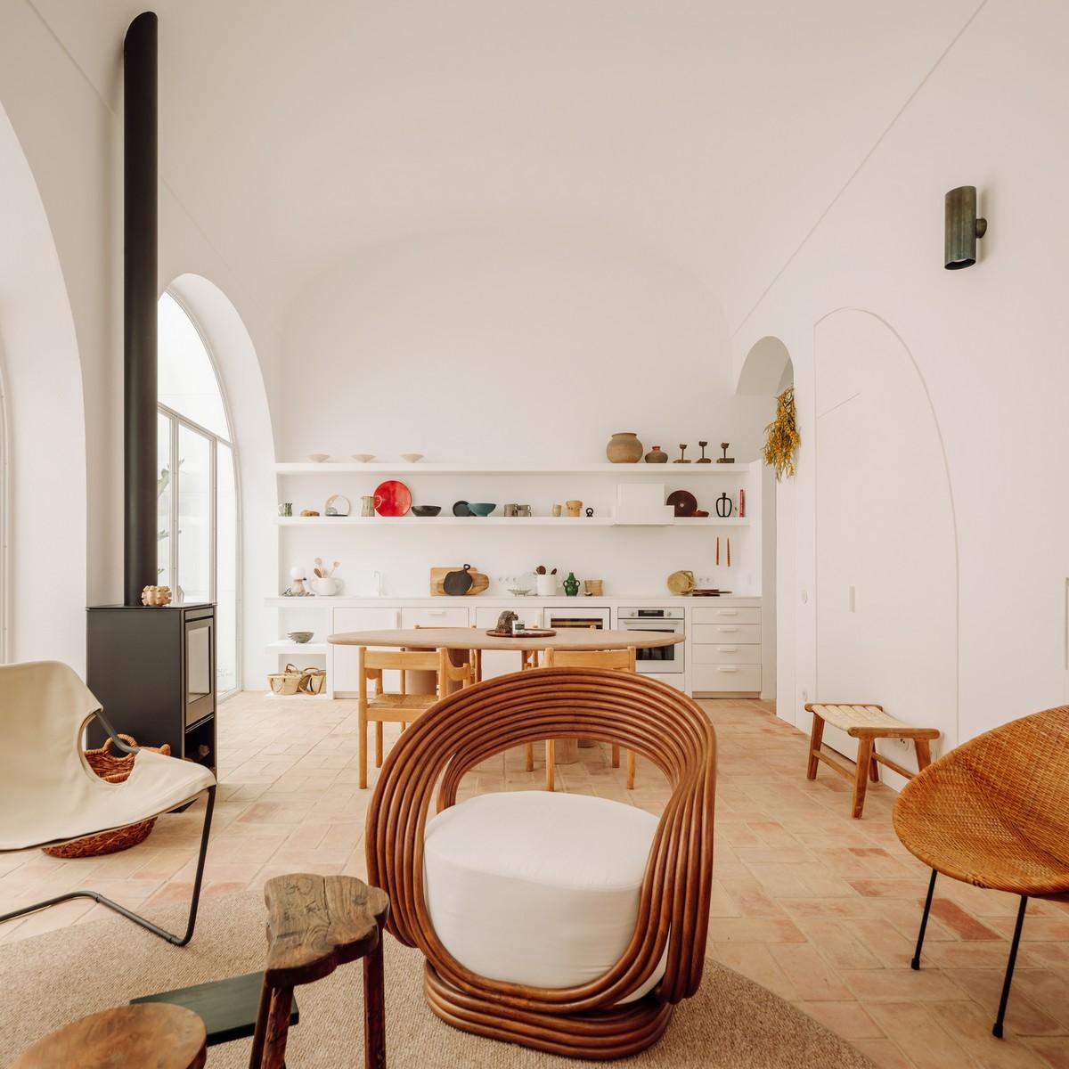 Реконструкция старого склада в современный дом в Португалии