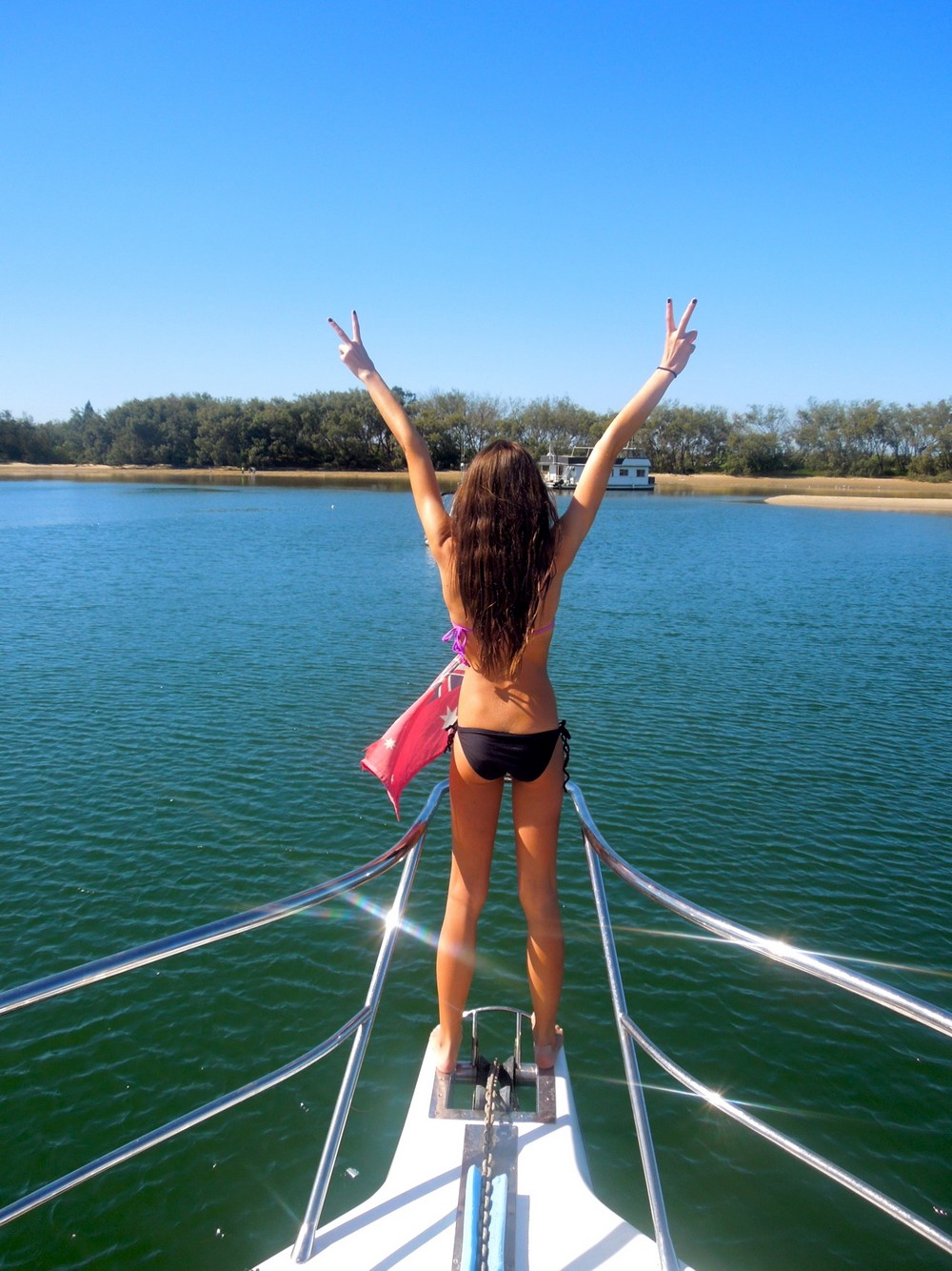 Красивые девушки в бикини отдыхают на лодках