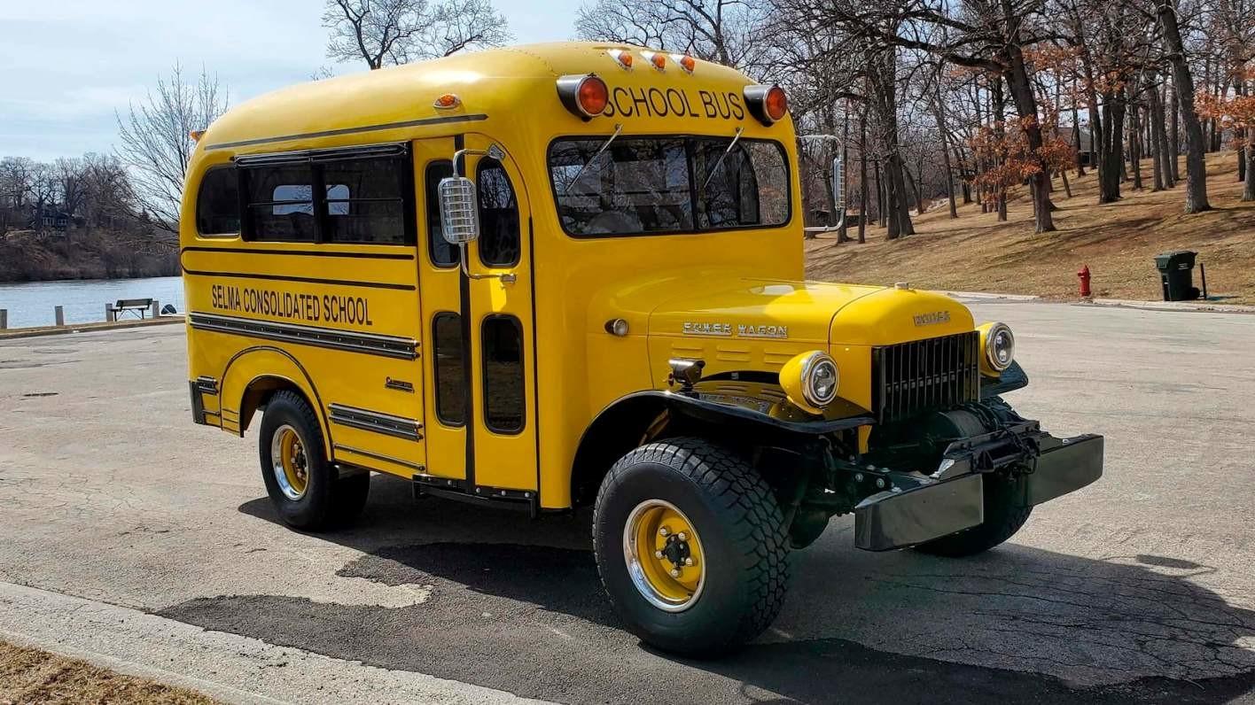 Школьный автобус 1948 года с двигателем от Dodge Hellcat