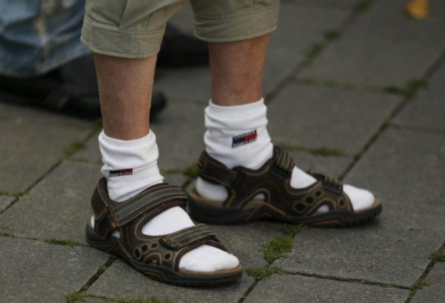 Зачем мужчины носят сандалии с носками