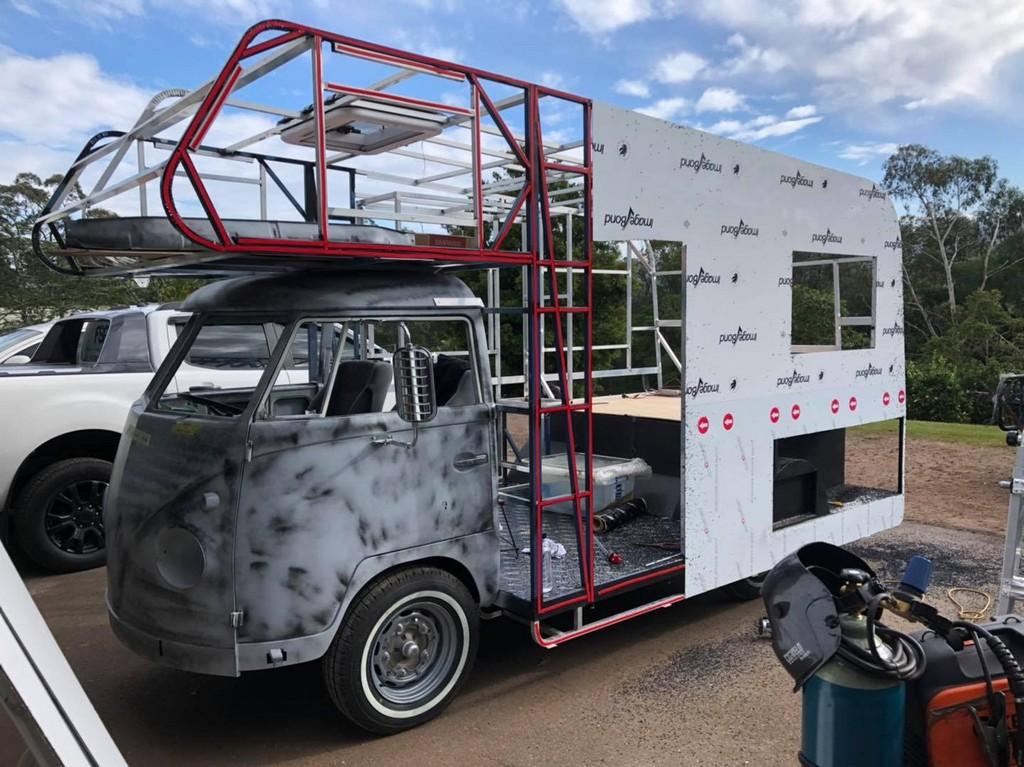 Механик превратил старый фургон в дом на колесах
