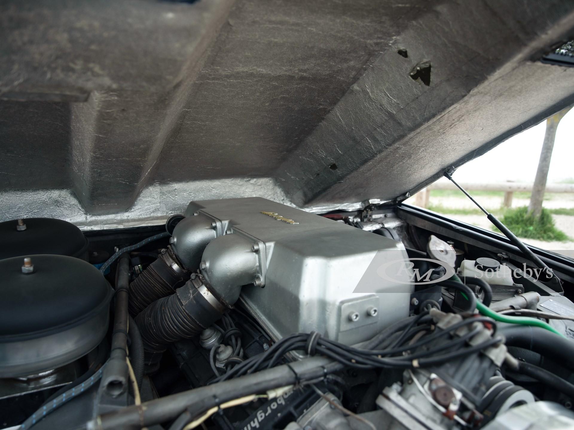 Редкий супервнедорожник LM002 от Lamborghini выставлен на продажу