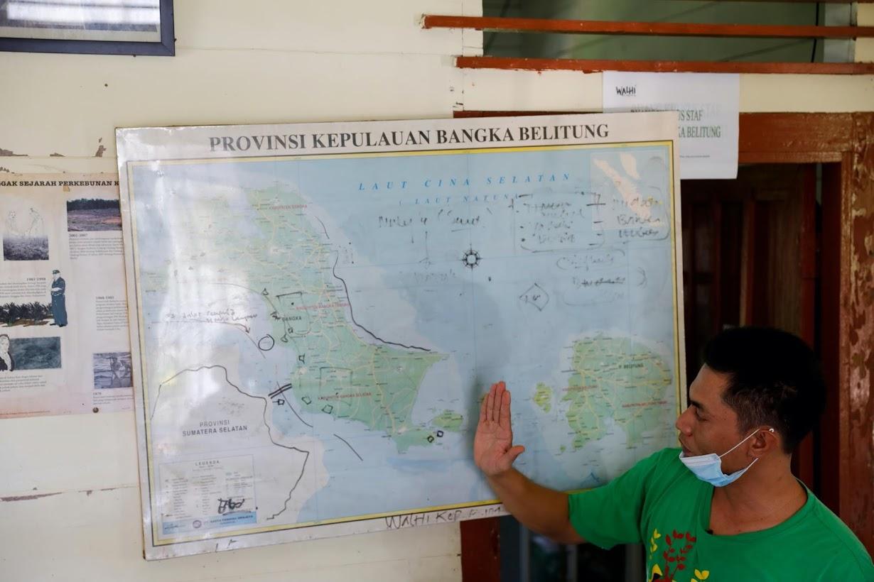 Добыча олова со дна моря в Индонезии