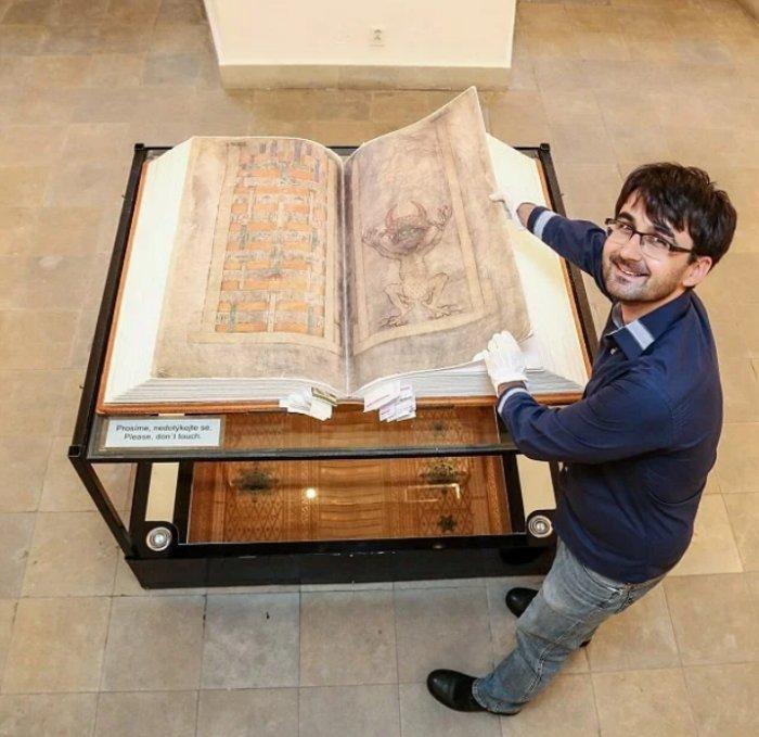 75-килограммовая Библия Дьявола, написанная в 13 веке