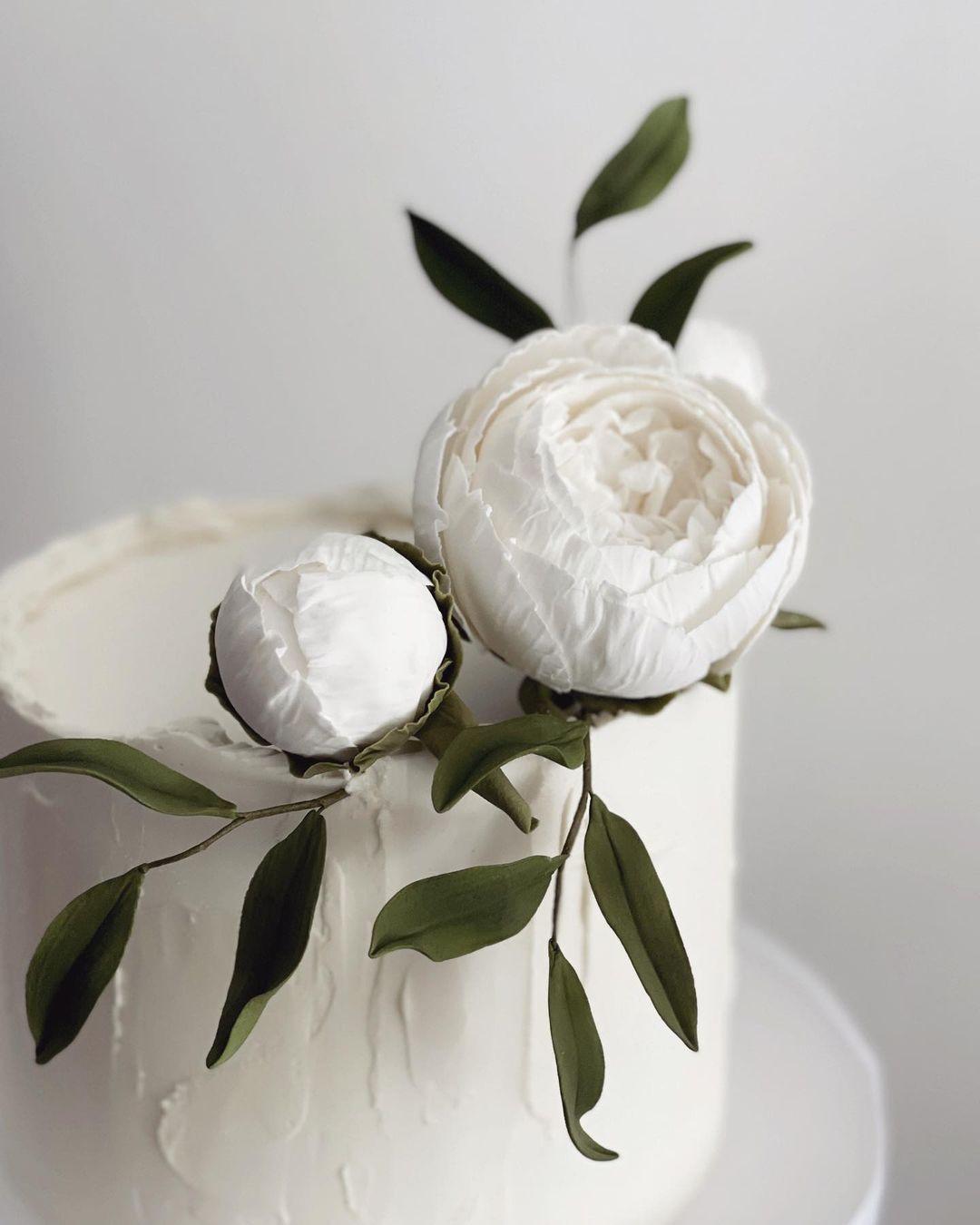 Шеф-кондитер лепит сахарные цветы, которые похожи на настоящие