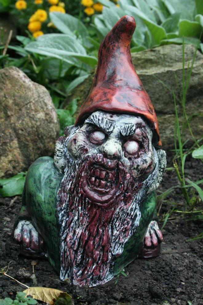 Садовые гномы-зомби помогут отпугнуть всех от лужайки