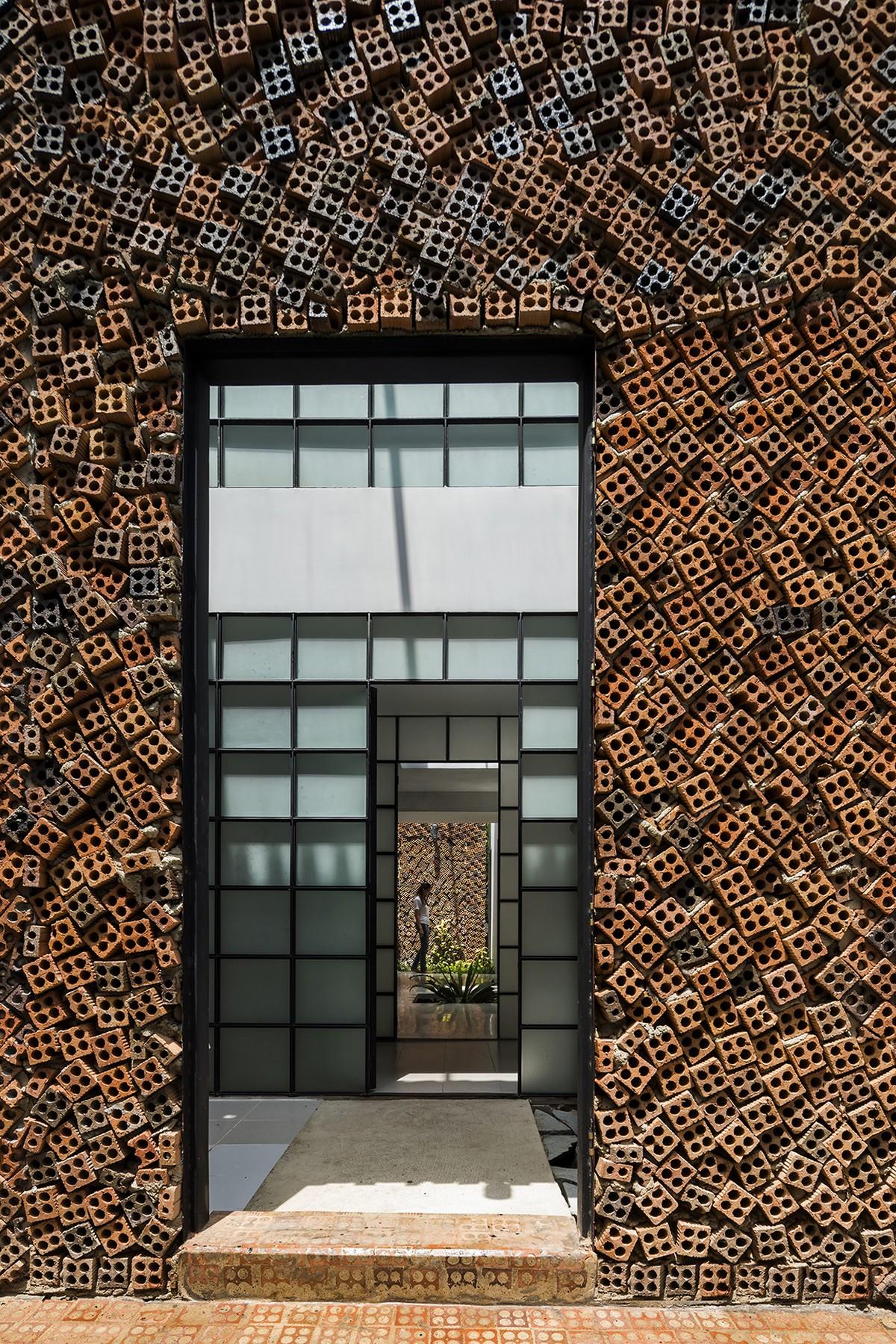 Двухэтажный дом с дышащими кирпичными стенами во Вьетнаме