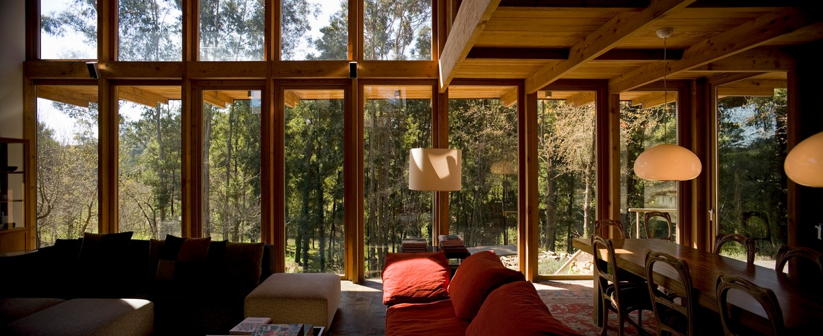Деревянный дом на крутом склоне в Португалии