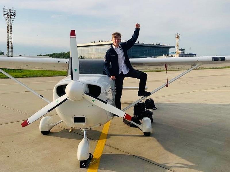 18-летний пилот совершил кругосветное путешествие на самолете за 44 дня