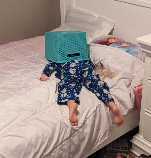 Дети способны уснуть в любом месте и в любой позе