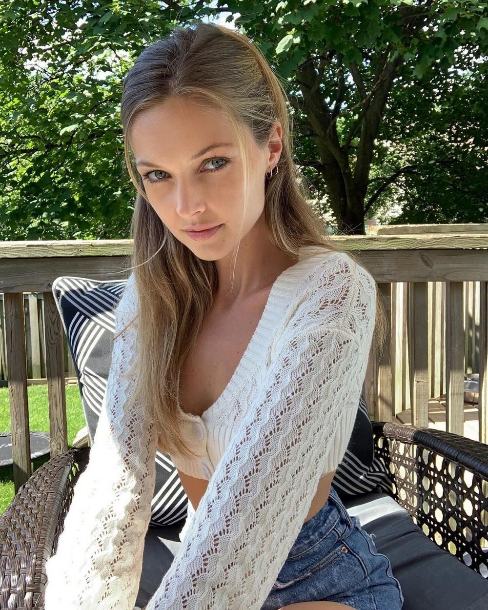 Красивые девушки в белых маечках