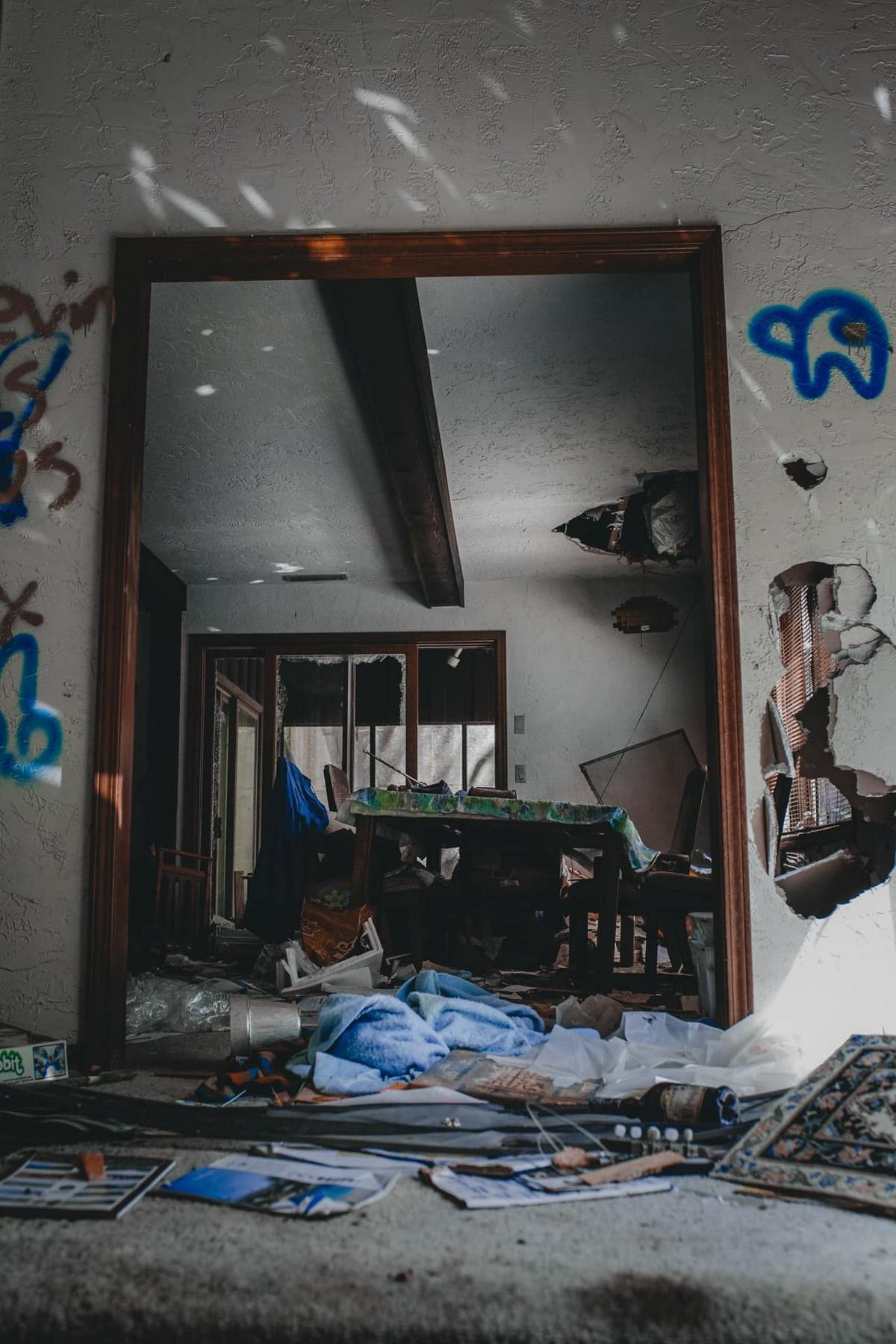 Жуткий заброшенный дом с Порше в гараже