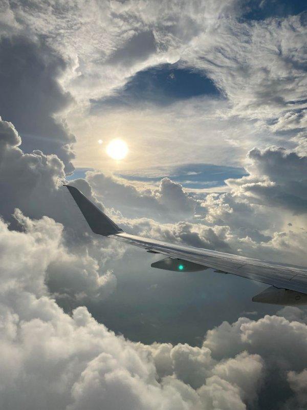 Пользователи поделились крутыми снимками из иллюминатора самолета