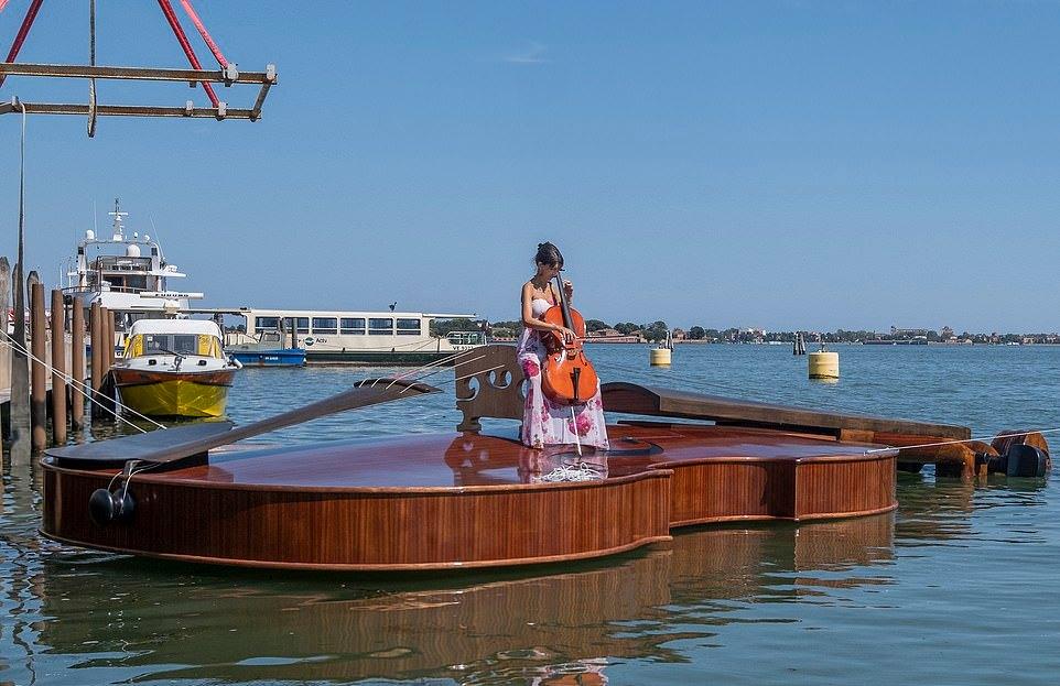 Лодку в форме гигантской скрипки спустили на воду в Венеции