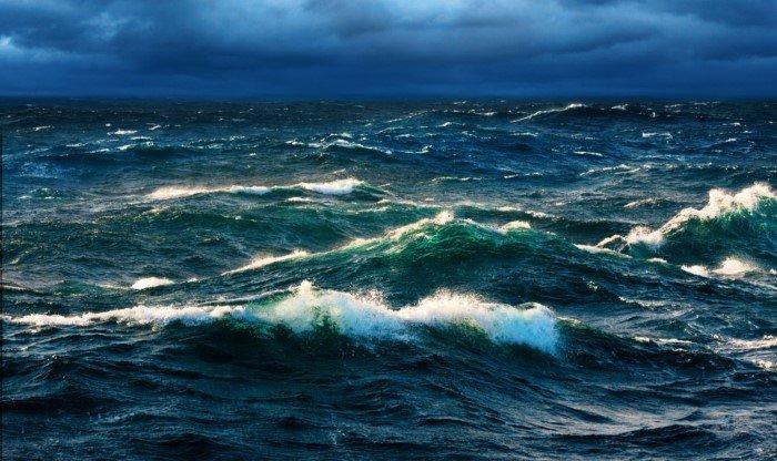 Почему на морях и океанах есть волны, а в реках и озёрах нет?