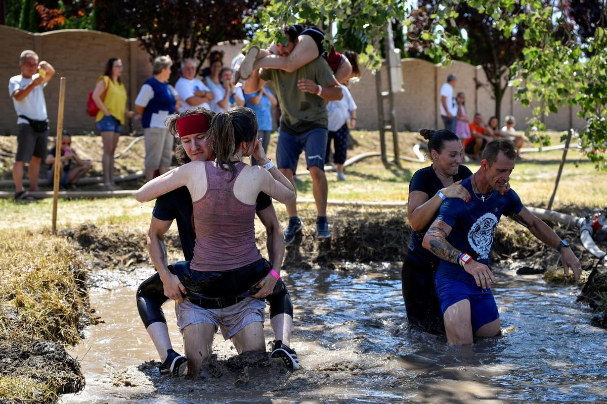 Соревнования по переноске жен в Венгрии