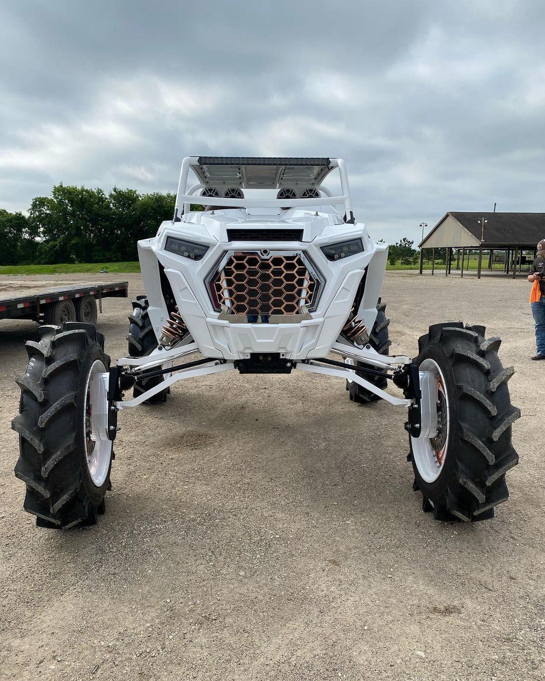 Спортивный мотовездеход Polaris на тракторных колесах