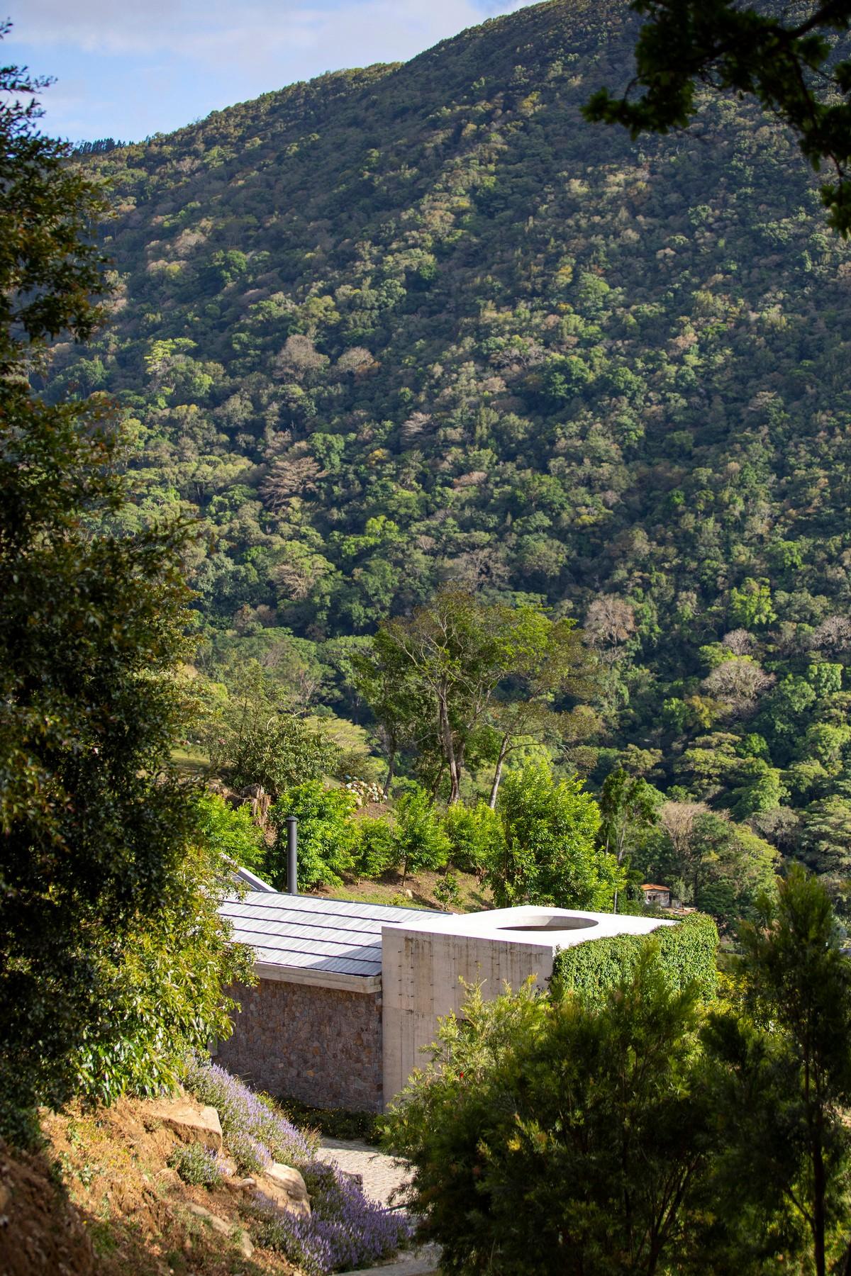 Каменный дом для отдыха в горах Коста-Рики